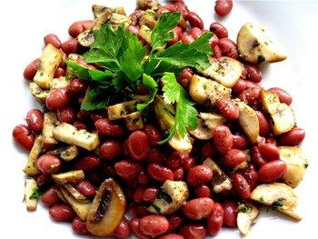 Салат з грибами та квасолею