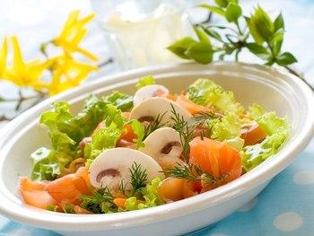 Салат с красной рыбой, грибами и помидорами