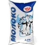 Молоко 100 коров пастеризованное 2.5% пленка 900г Украина